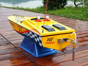 Radiostyrd båt bensin