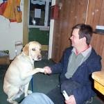 Bild: Joakim Nömell med ledarhunden Teodor, gul labrador retreiver