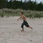 Bild: Jesper Nömell springer på stranden Gotska Sandön