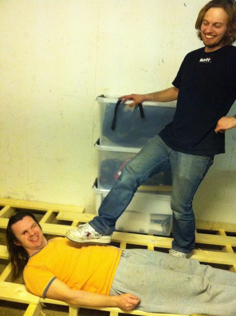 Jocke och Frans har byggt källargolv