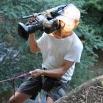 bild: Kameramann klättrar ner för stup, under teveinspelning av Mot Alla Odds 2013