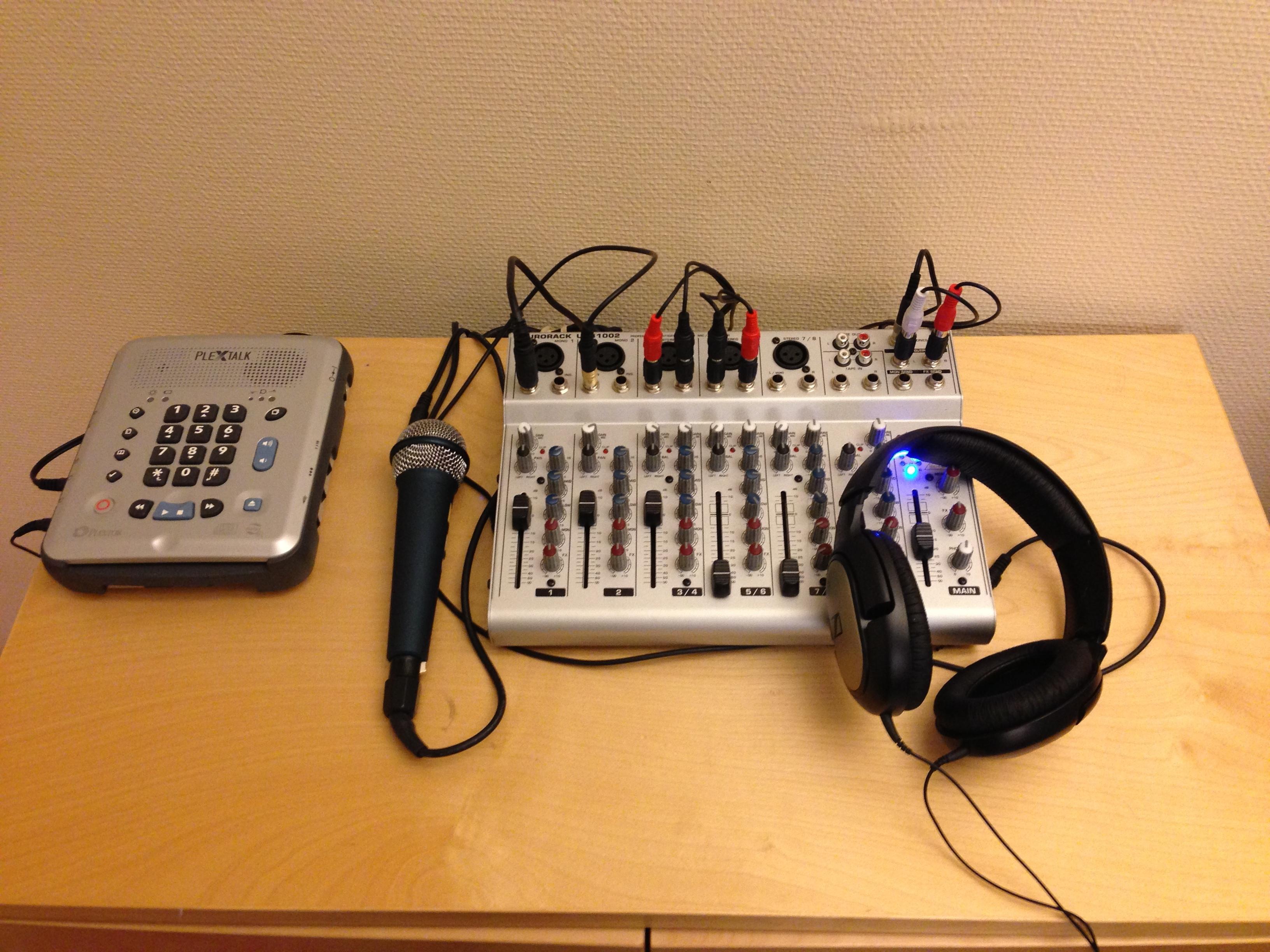 Bild: Podcast-studio med mixerbord och inspelare