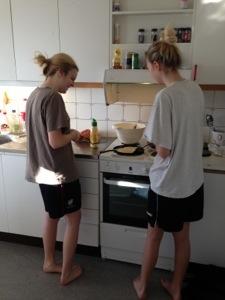 Bild: Denise Nömell & Emelie steker pannkakor