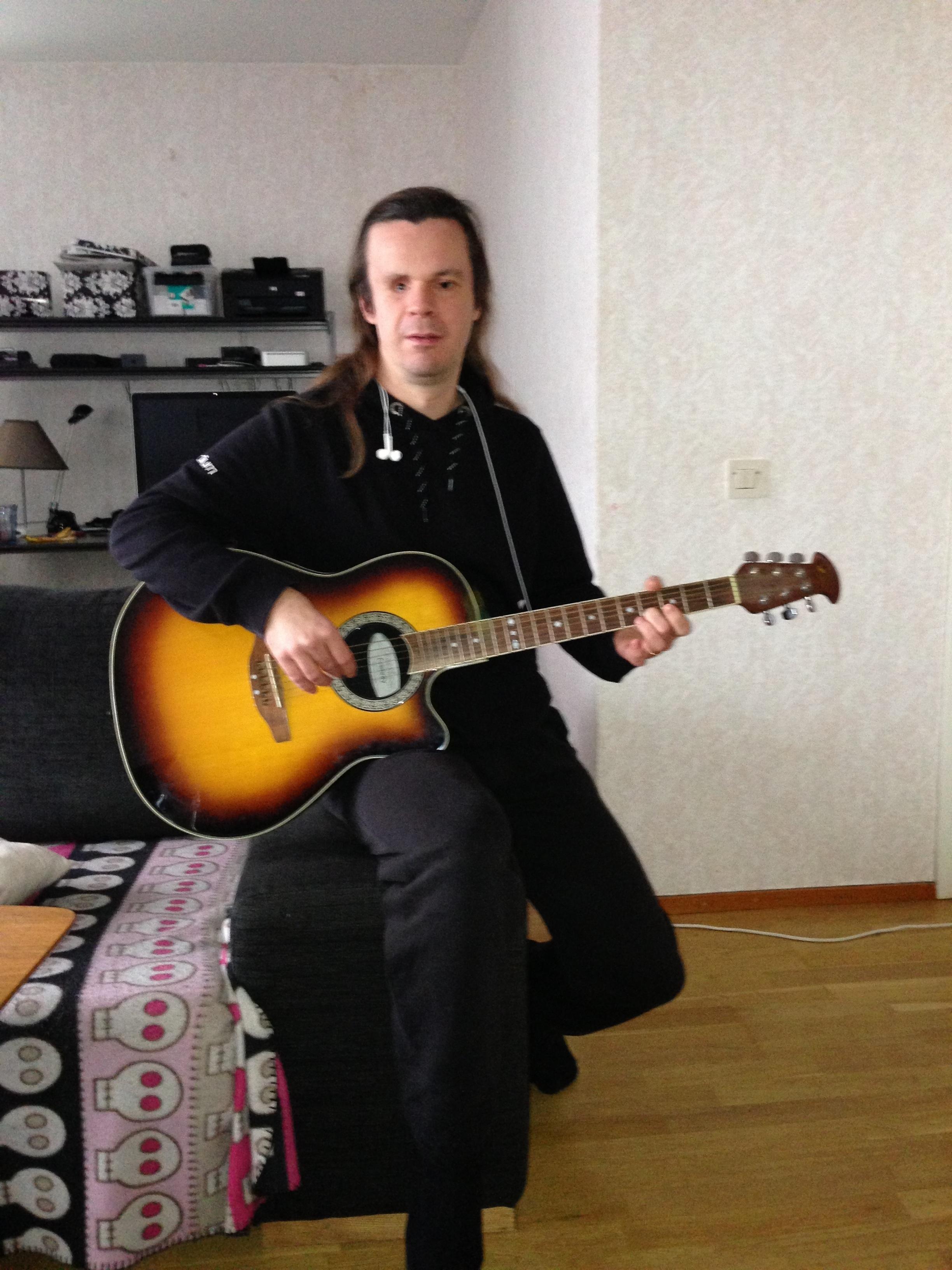 Bild: Joakim Nömell spelar gitarr
