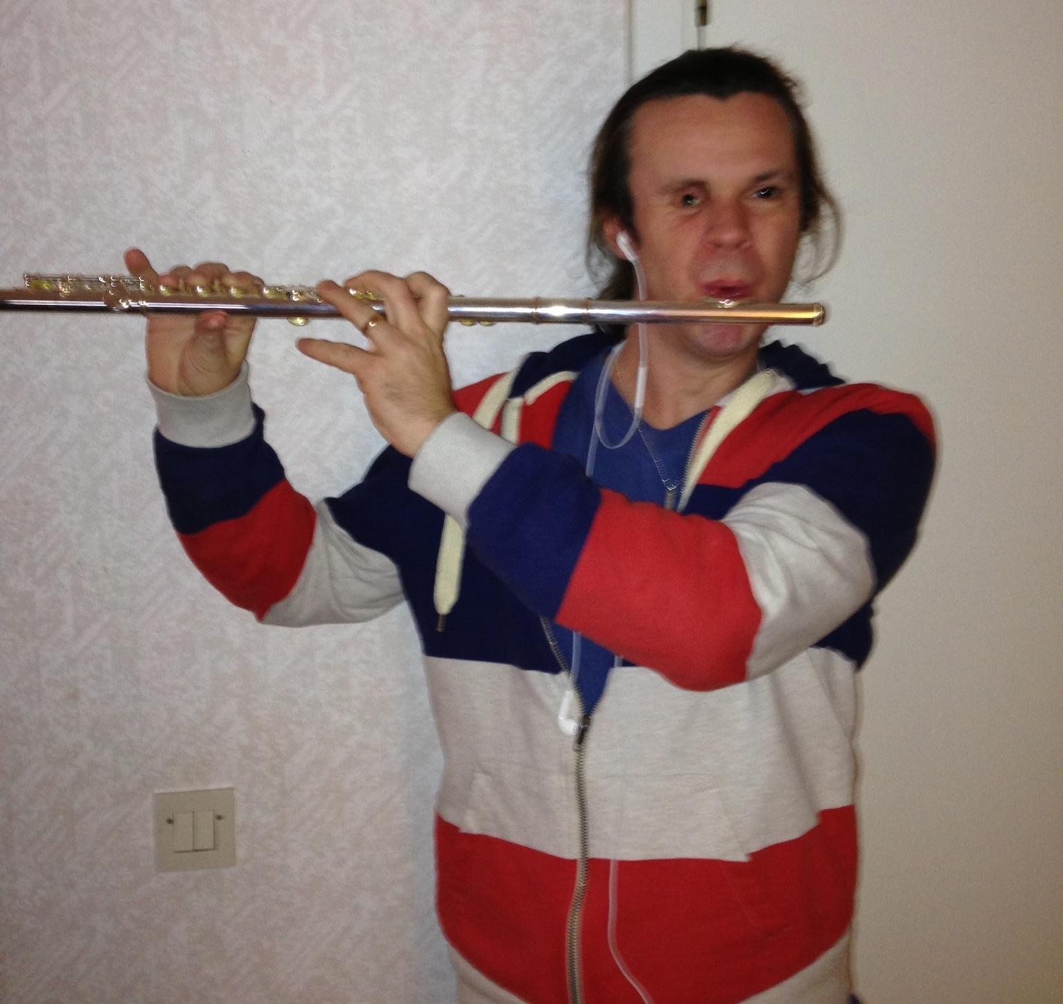 Joakim Nömell spelar tvärflöjt