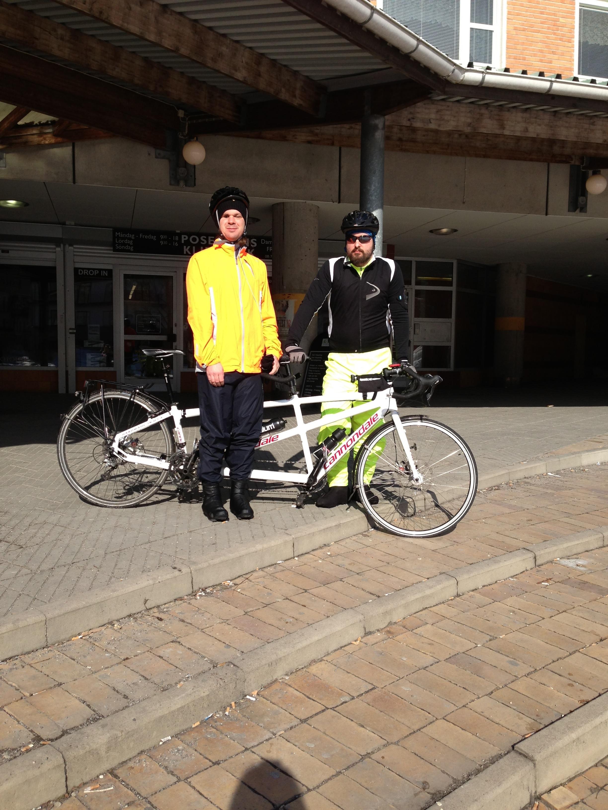 Bild: Joakim Nömell och Thomas Egrelius vid tandemcykel