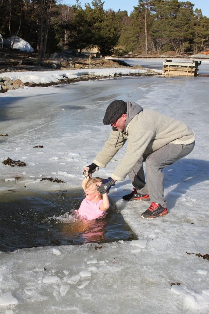 Bild: Miranda Nömell badar isvak på Muskö