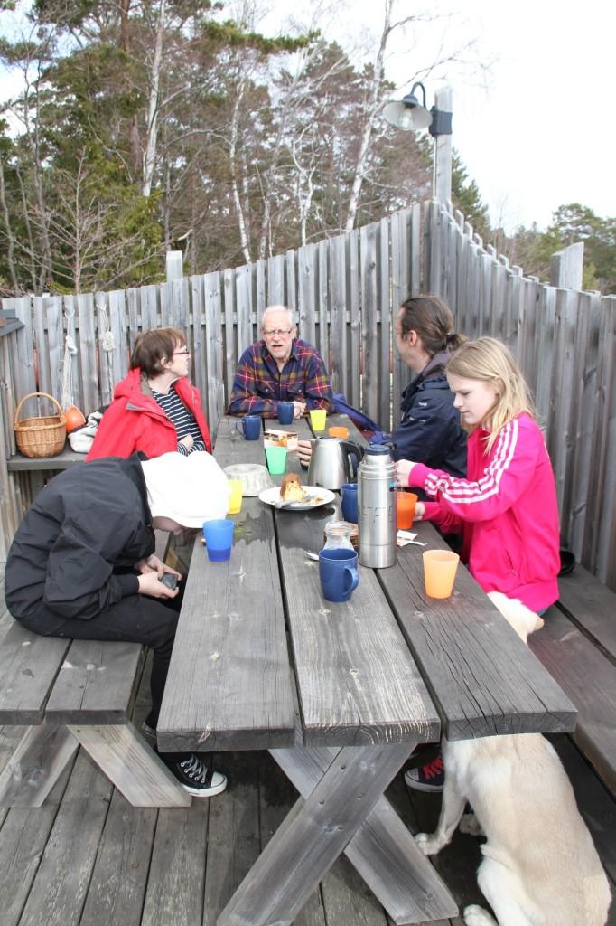 Bild: Fika på Muskö, Joakim Nömell, Emilia Nömell, Jesper Nömell, Lennart Dunström och Lena Dunström