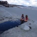 Bild: Emilia Nömell badar isvak på Muskö