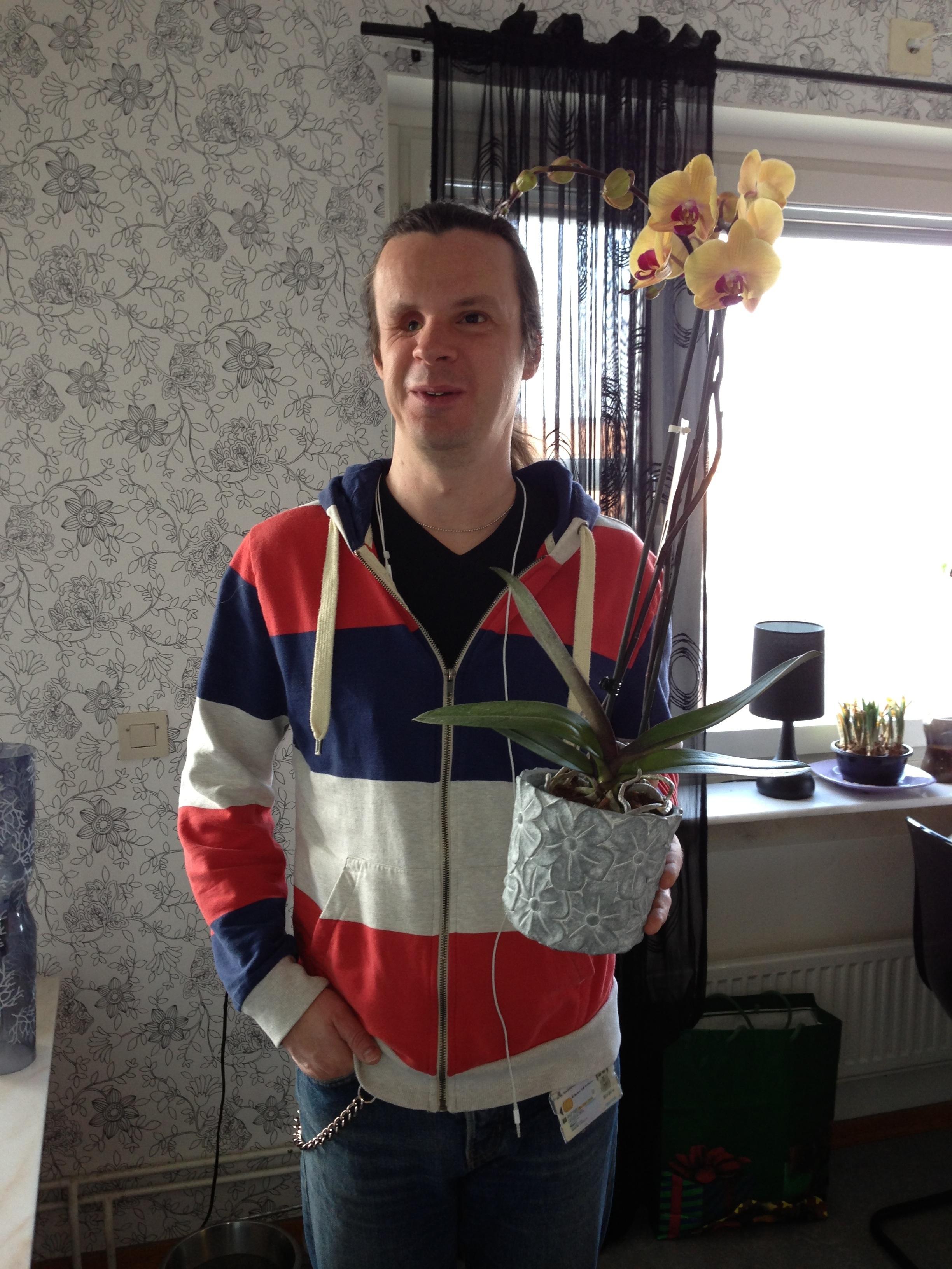 Bild: Joakim Nömell med en blomma i handen