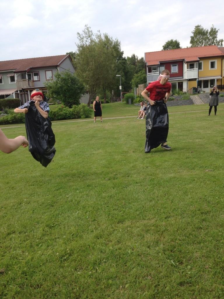 Bild: Noha Pålsson och Mattias Pålsson hoppar säck