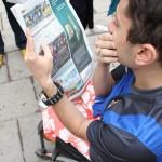 Bild: Arkan Palani läser tidning om Mot Alla Odds