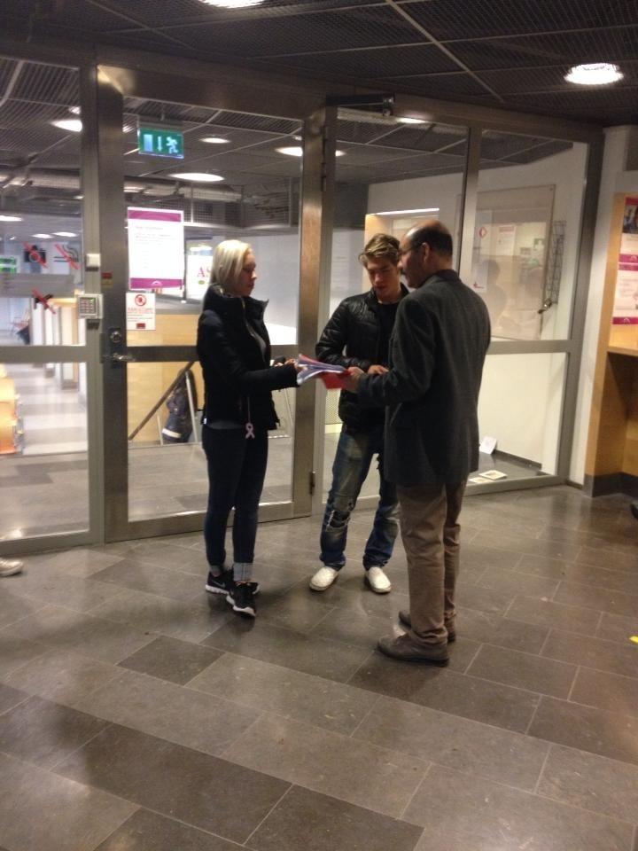 Bild: Skolelever lämnar protestlista hos Migrationsverket