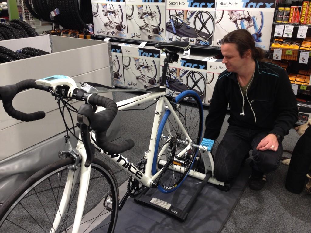 Bild: Joakim Nömell inspekterar cykel monterad på trainer