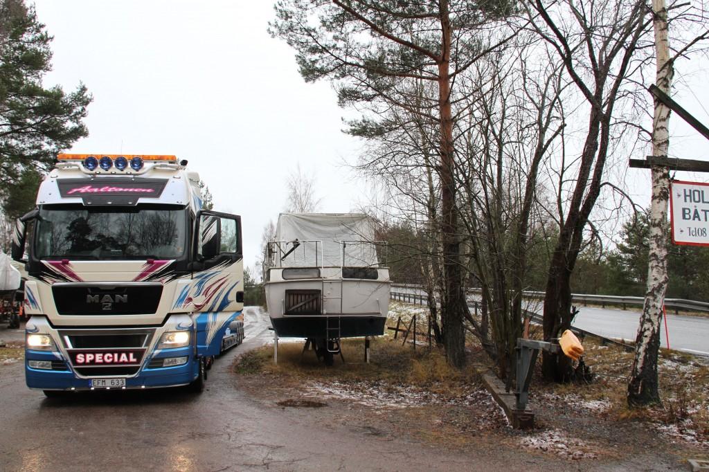 Bild: Lastbil bredvid båt