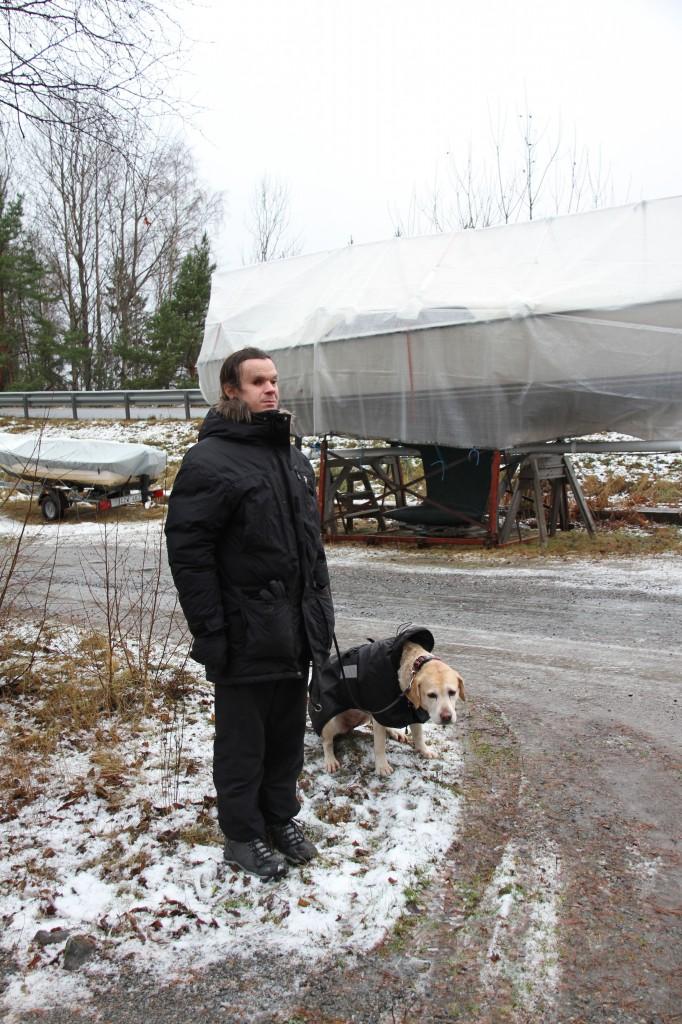 Bild: Joakim Nömell med gula Labradoren Stina
