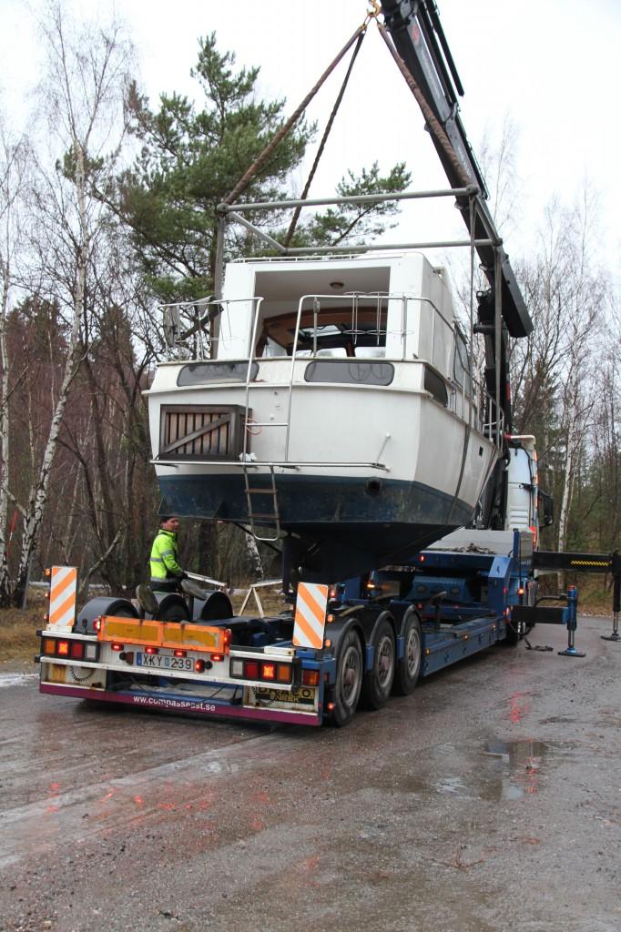 Bild: Båten hänger i kran över lastbilsflak