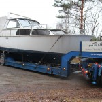 Bild: Lastbil med båt på flaken på väg ut på vägen
