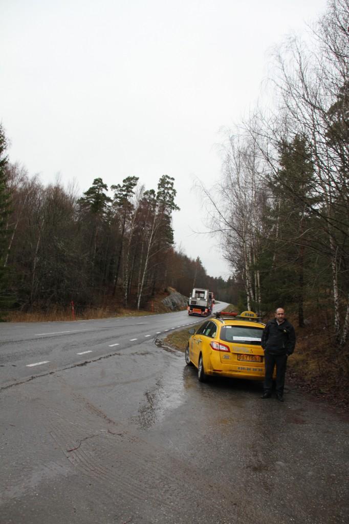 Bild: Lastbil med båt långt borta på vägen