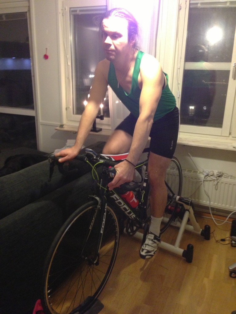 Bild: Joakim Nömell på racercykel monterad på trainer inomhus