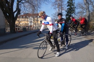 Bild: Joakim Nömell och pilot Bengt Axén cyklar tandemcykel