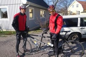 Bild: Henrik Ryffel med pilot Christian cyklar tandemcykel