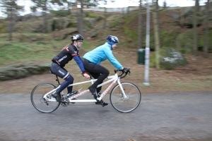 Bild: Joakim Nömell och Kristin Svensson cyklar tandem