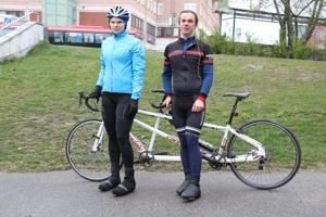 Bild: Joakim Nömell och Kristin Svensson står vid tandemcykel
