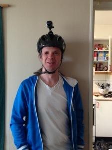 Bild: Joakim Nömell med actionkamera Garmin Virb Elite monterad på cykelhjälm