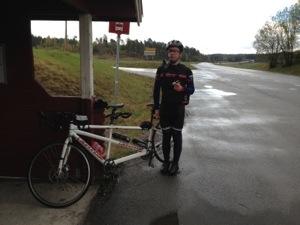 Bild: Joakim Nömell med cykel vid en busshållplats