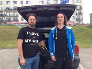 Bild: Joakim Nömell & Thomas Egrelius vid bakluckan på en bil