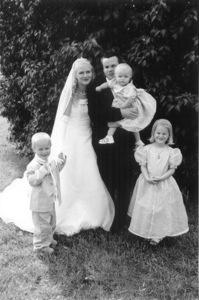 Bild: Joakim & Maria Nömells bröllopsfoto med alla barnen