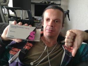 Bild: Joakim Nömell med medicinförpackning gör tumme ner-tecknet