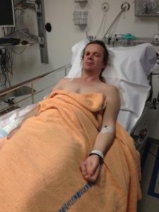 Bild: Joakim Nömell i sjukhussäng med nål i armen
