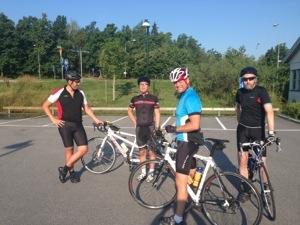 Bild: Ett gäng cyklister på en parkering