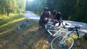 Bild: Två personer lagar punktering vid vägkanten
