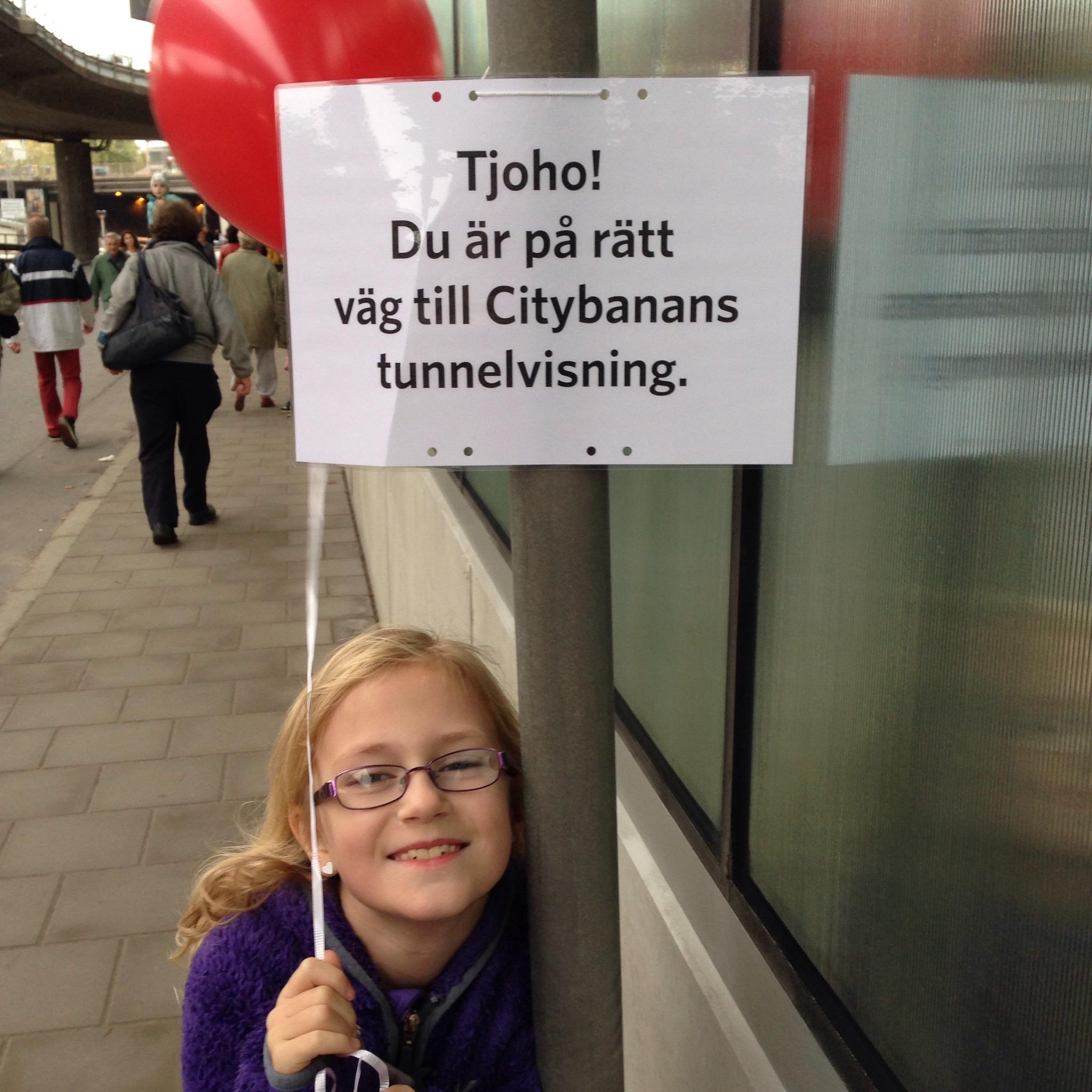 Bild: Barn med ballonnnnnnng   och skylt för Citybanan