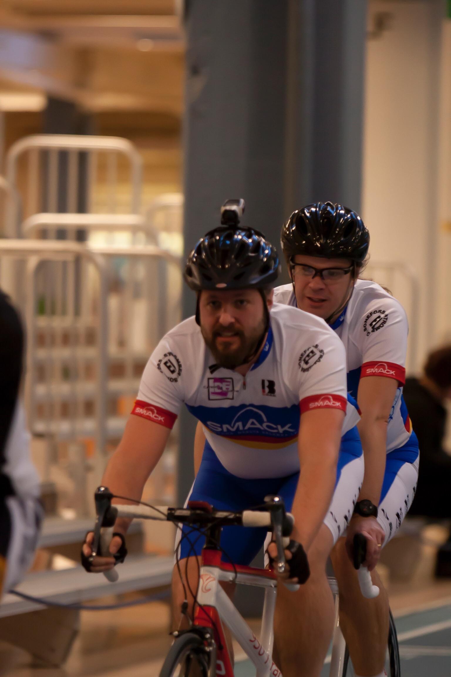 Bild: Joakim Nömell & Thomas Egrelius cyklar tandemcykel i Munktellarenan