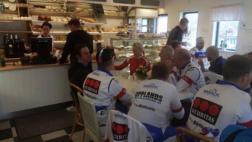 Bild: Joakim Nömell och en massa cyklister på ett fik i Knivsta