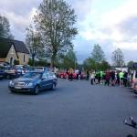 Bild: Vy över parkering med pratande och fikande cykelmänniskor