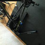 Bild: Cykel monterad på Wahoo Fitness Kickr trainer