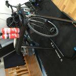 Bild: Wahoo Fitness Bike Desk med tangentbord och vattenflaskor