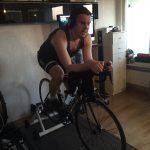 Bild: Joakim Nömell cyklar på inomhuscykel