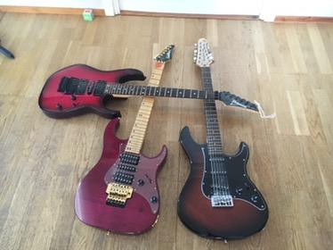 Bild: Tre elgitarrer på golv