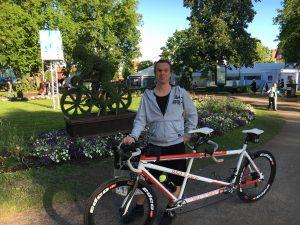 Bild: Joakim Nömell vid tandemcykel i stadsparken i motala inför Halvvättern 2017